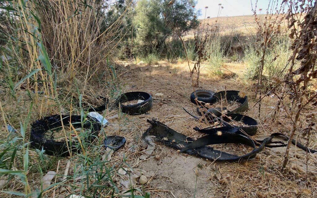 שאריות צמיגים שהושלכו לנחל אדוריים (צילום: יובל דקס)