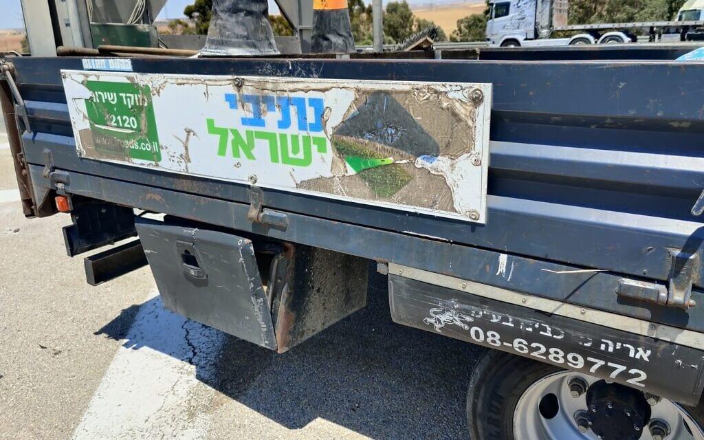 המשאית של נתיבי ישראל ממנה הושלכו הצמיגים לנחל אדוריים (צילום: יובל דקס)