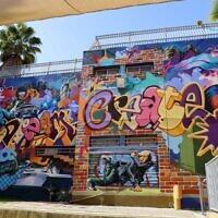 בית הספר תלמה ילין אחרי שעבר שיפוץ חיצוני שכלל ציורי קיר מרהיבים, פברואר 2021 (צילום: באדיבות דוברות עיריית גבעתיים)