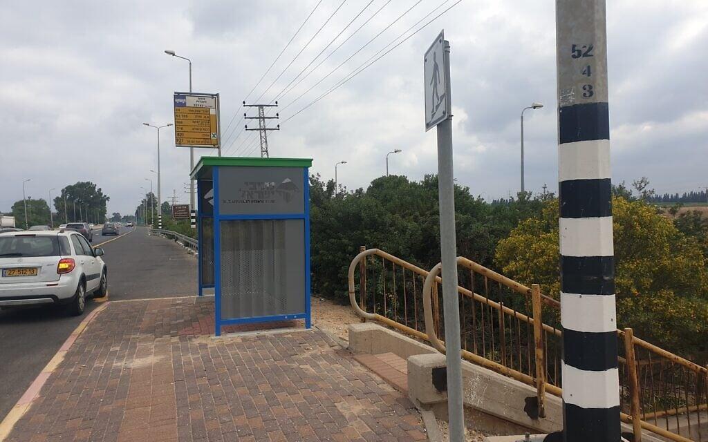 תחנת אוטובוס לא נגישה בכביש 4. כדי לעבור לצד השני של הכביש צריך לרדת במדרגות (צילום: לינק 20)