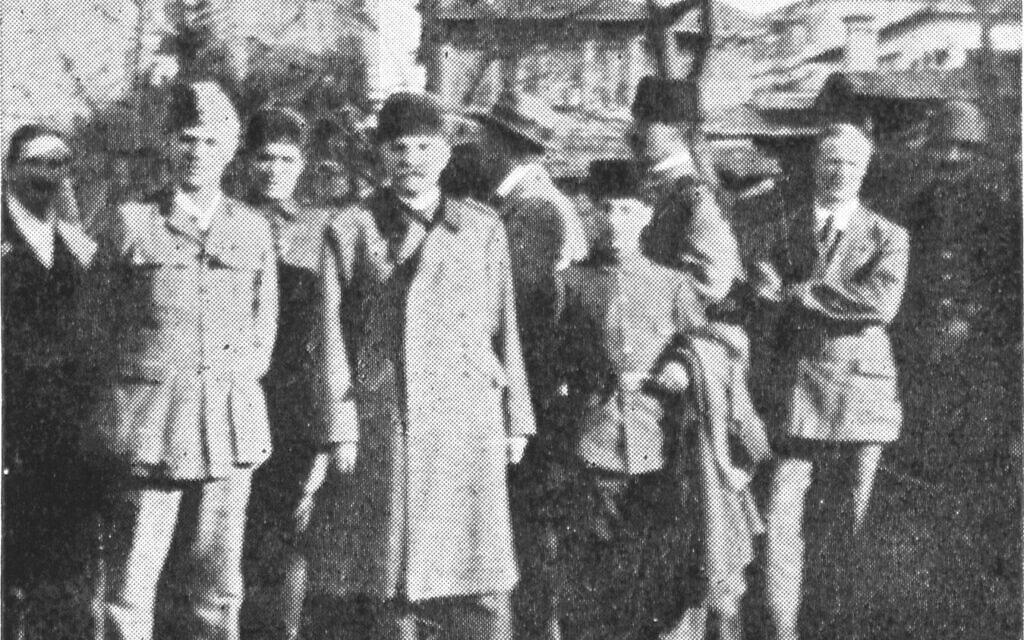המפקד של מחנה השבויים יואזגט, קלזים ביי (במרכז מלפנים), ומוישה אשכנזי – חצ'קון (בשורה הראשונה, מימין) (צילום: Sandes, 'In Kut and Captivity,' 1919)
