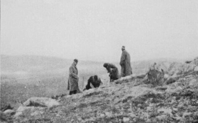 התמונה היחידה ששרדה מהחיפוש אחר הרמז הראשון במסעם של אליאס הנרי ג'ונס וסדריק ווטרס היל; חצ'קון (שני מימין), ג'ונס (שני משמאל) והמפקד של מחנה השבויים יואזגט, קלזים ביי (קיצוני משמאל) (צילום: אליאס הנרי ג'ונס, הדרך לעין-דור, 1919)