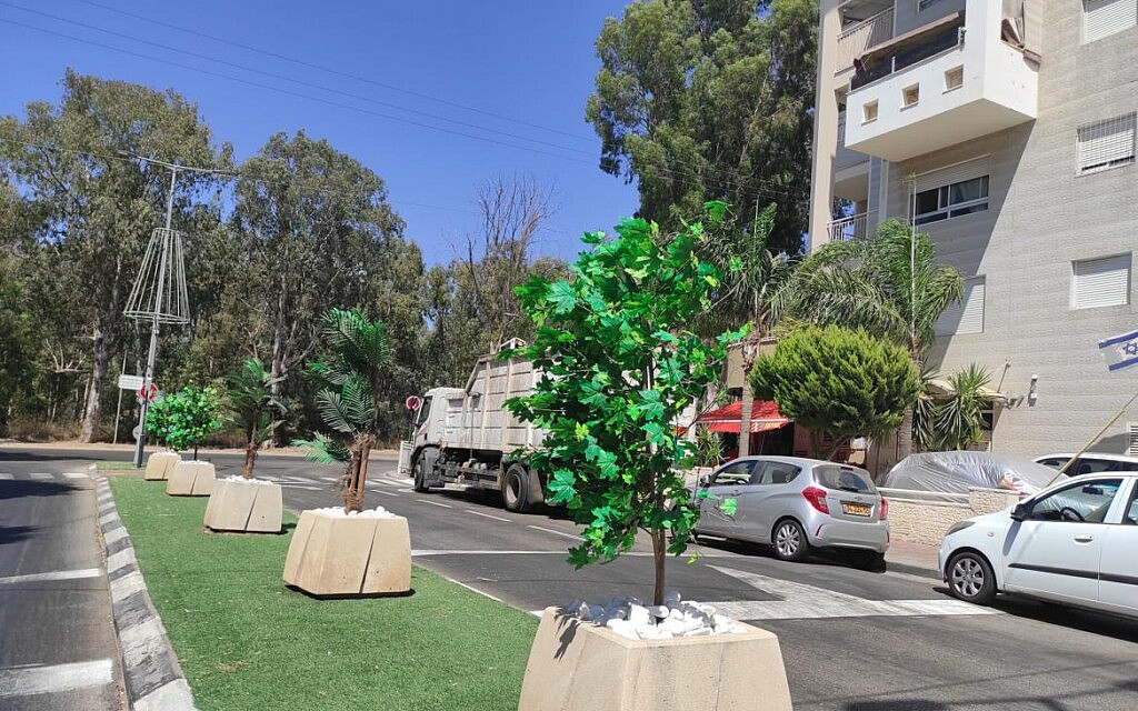 עצים מפלסטיק שנשתלו בשדרות בפתח תקווה, יולי 2021 (צילום: מוניקה כהן)