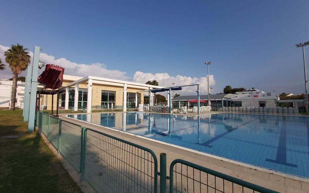 הבריכה החיצונית בקריית הספורט והנופש רעננה (צילום: עמוד הפייסבוק של קריית הספורט והנופש רעננה)