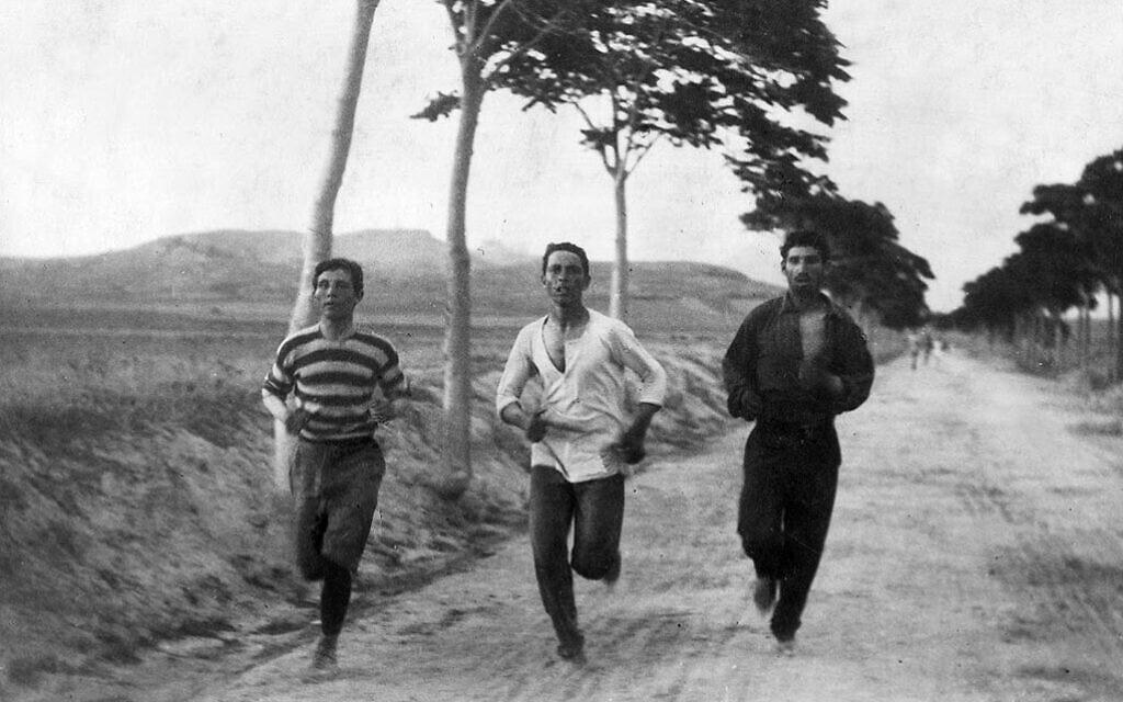 שלושה אתלטים מתאמנים לקראת ריצת המרתון בין העיר מרתון לאתונה, יוון, 1896 (צילום: ברטון הולמס)
