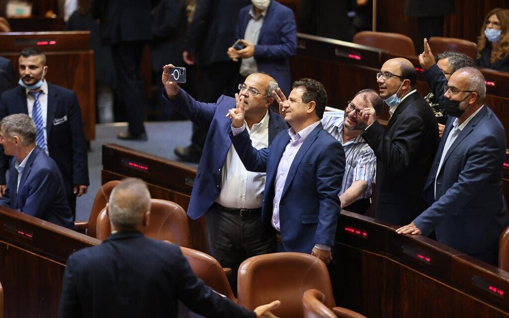 חברי הרשימה המשותפת בסלפי ניצחון לאחר הפלת חוק האזרחות, 6 ביולי 2021 (צילום: נועם מושקוביץ, דוברות הכנסת)