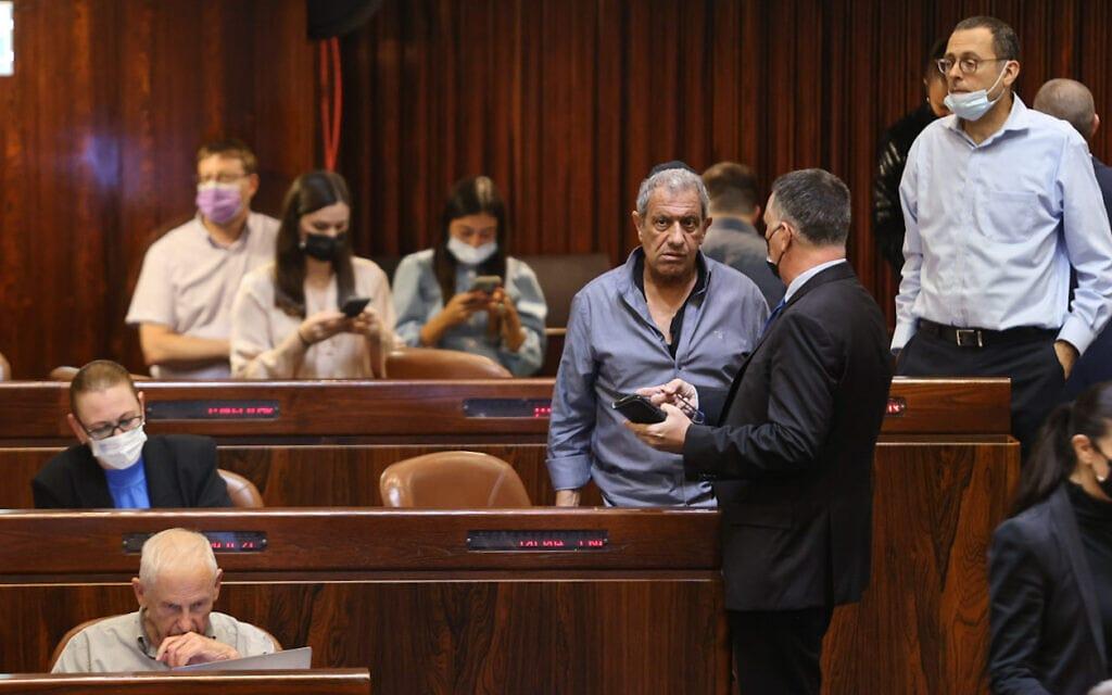 גדעון סער עם מאיר יצחק הלוי במליאת הכנסת, 6 ביולי 2021 (צילום: נועם מושקוביץ, דוברות הכנסת)