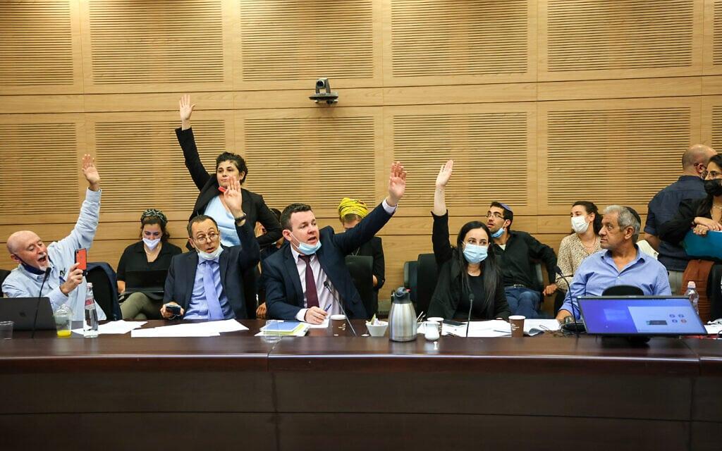 חברי הקואליציה מצביעים בעד הרכב הוועדות הקבועות בכנסת, 12 ביולי 2021 (צילום: נועם מושקוביץ, דוברות הכנסת)