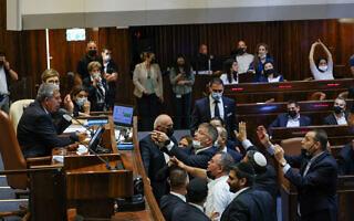 חברי האופוזיציה דורשים מיושב ראש הכנסת מיקי לוי לא לשנות את הצבעתו על חוק הדיינים, 15 ביולי 2021 (צילום: נועם מושקוביץ, דוברות הכנסת)