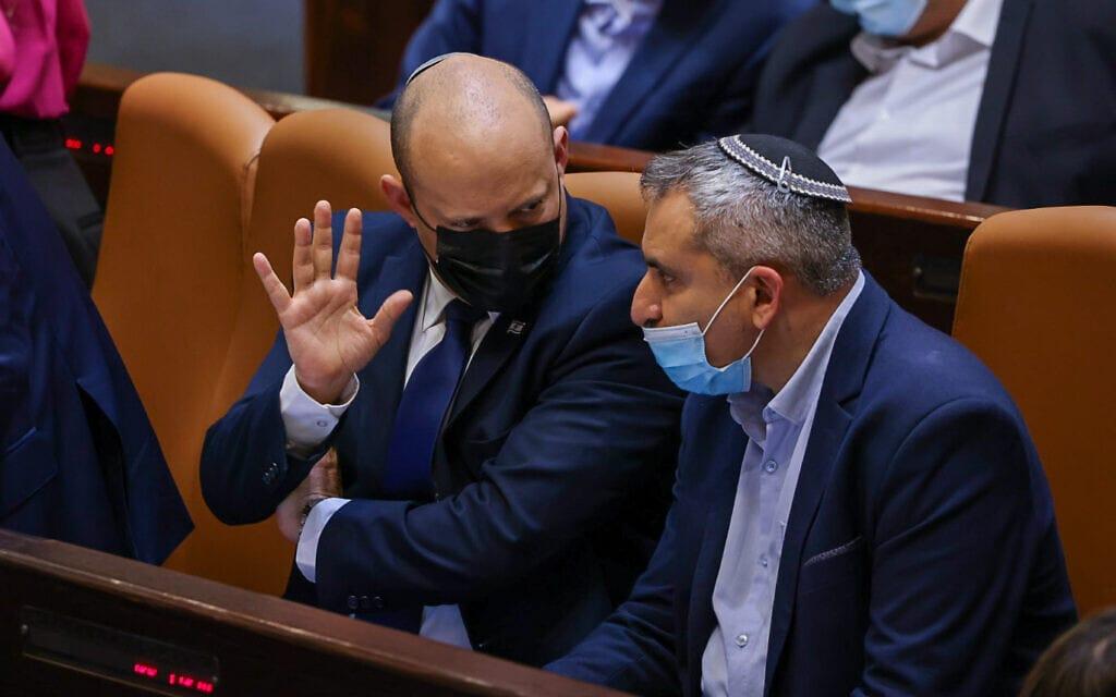 ראש הממשלה נפתלי בנט והשר זאב אלקין במליאת הכנסת, 27 ביולי 2021 (צילום: נועם מושקוביץ, דוברות הכנסת)