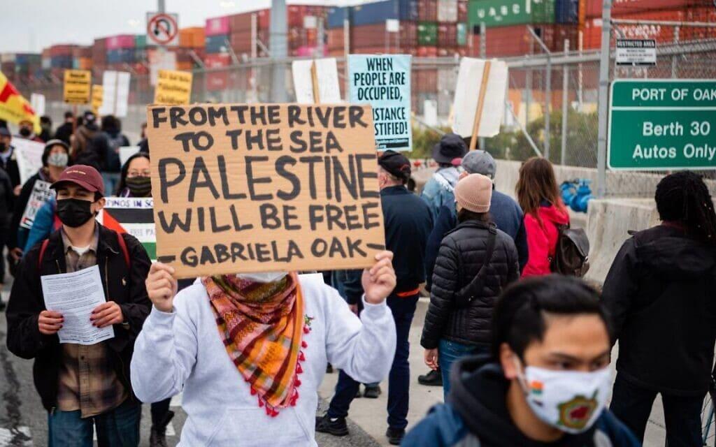 הפגנה בנמל פורטלנד נגד ישראל (צילום: Brooke Anderson via J. The Jewish News of Northern California via JTA)