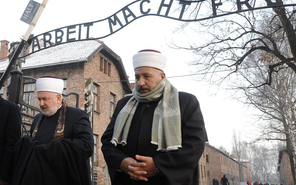 משלחת של אנשי דת מוסלמים מבקרת באושוויץ, 1 בפברואר 2011 (צילום: AP Photo/Alik Keplicz)