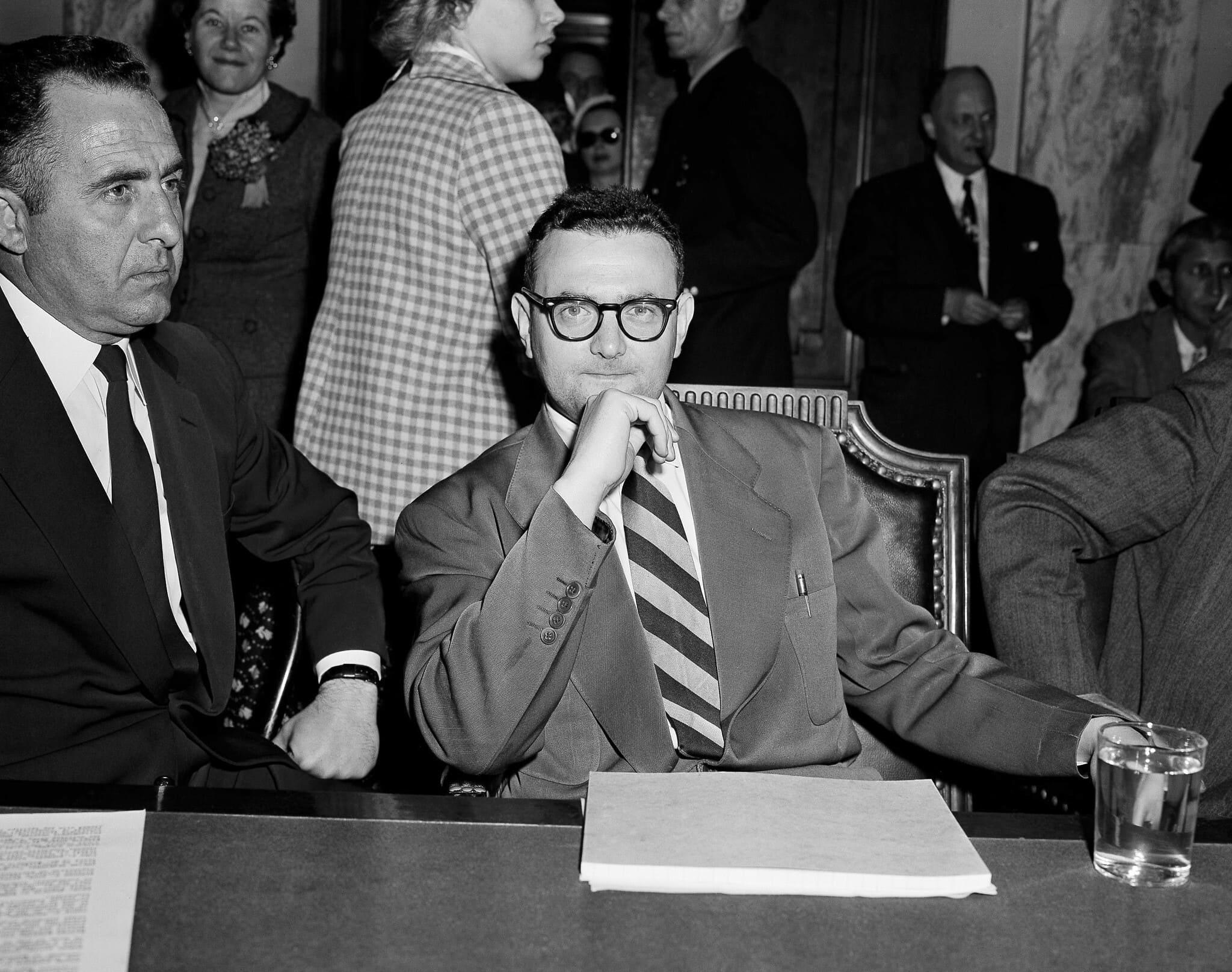 דייוויד גרינגלאס יושב ליד המרשל ג'וזף אורטו במהלך שימוע בתת ועדה בסנאט בוושינגטון, 26 באפריל 1956 (צילום: Henry Griffin, AP)