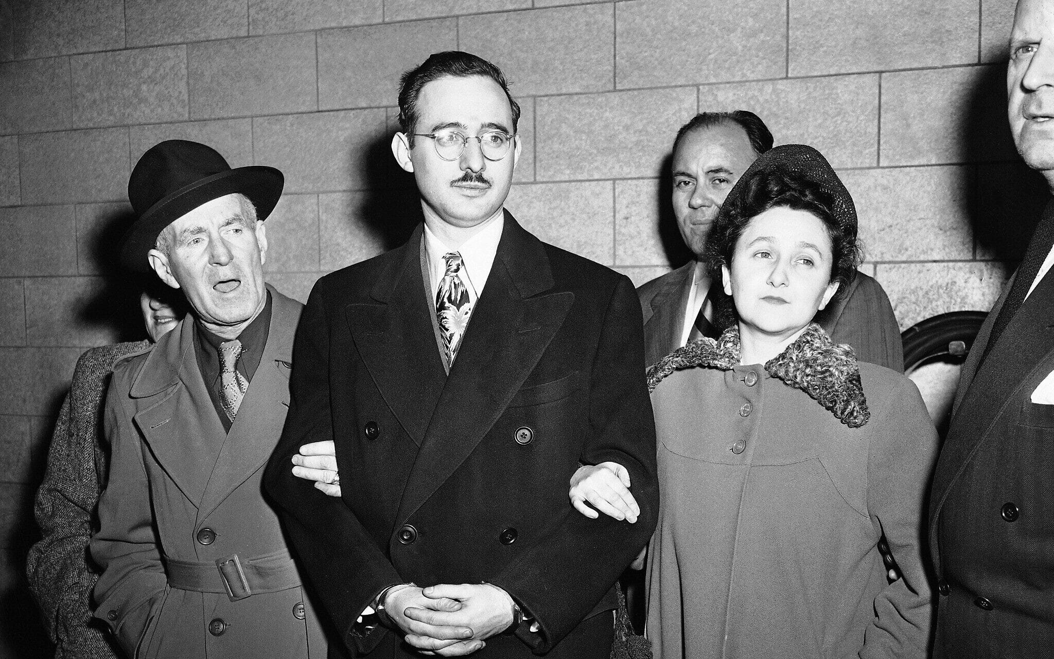משמאל: הארי מק'קייב, משנה למרשל אמריקאי, יוליוס רוזנברג ואשתו, אתל רוזנברג, ואנתוני ה' פאבונה, סגן מרשל בניו יורק, 8 במרץ 1951 (צילום: AP)