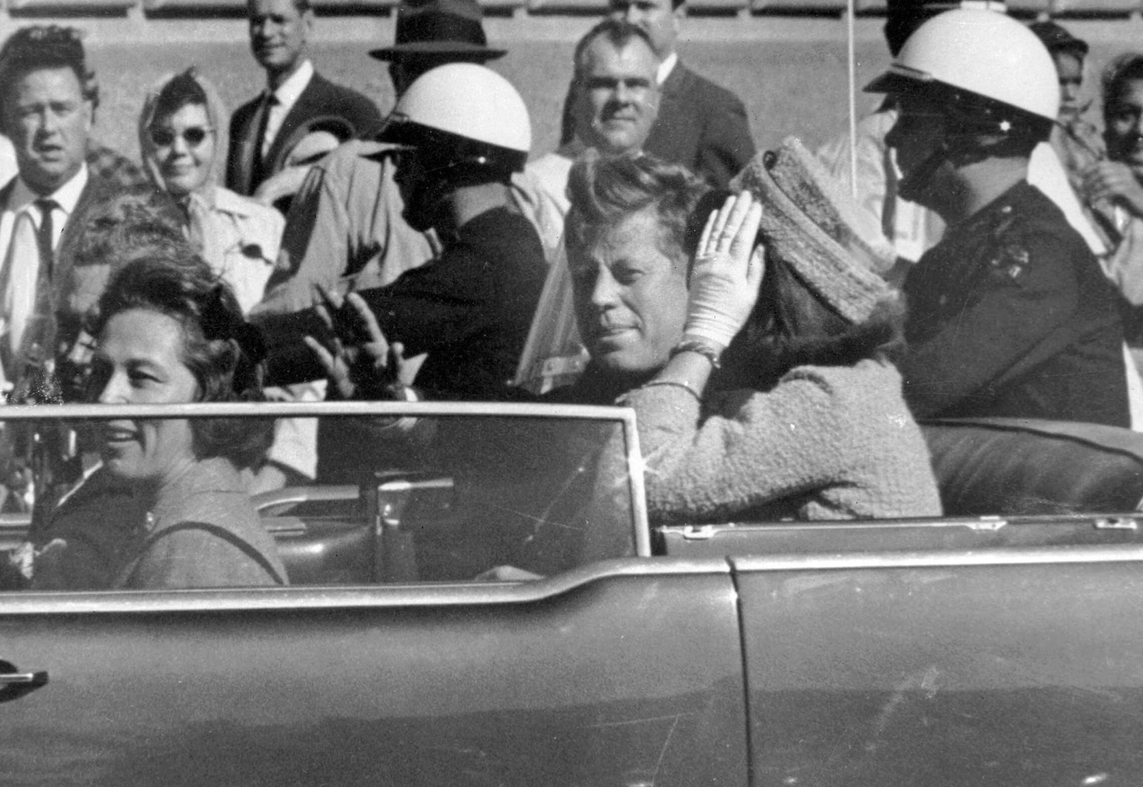 הנשיא ג'ון קנדי, דקות ספורות לפני שנורה למוות בשיירה בדאלאס, 22 בנובמבר 1963 (צילום: AP Photo/Jim Altgens)