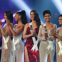 נציגותיהן של ונצואלה, דרום אפריקה, הפיליפינים, וייטנאם ופורטו ריקו בתחרות מיס יוניברס בבנגקוק שבתאילנד, 17 בדצמבר 2018 (צילום: Gemunu Amarasinghe, AP)