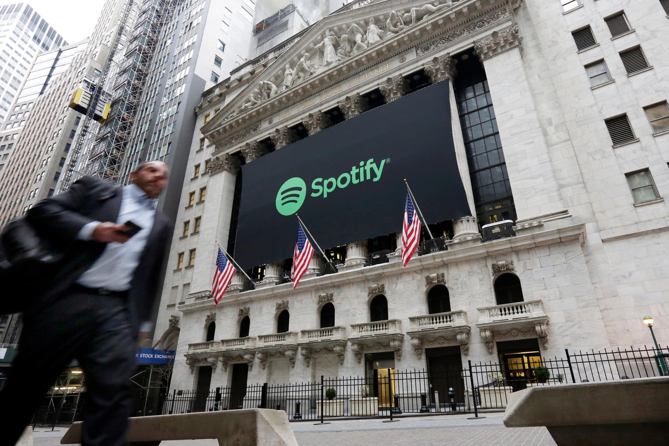 באנר של ספוטיפיי על בניין הבורסה בניו יורק, אפריל 2018 (צילום: AP Photo/Richard Drew)