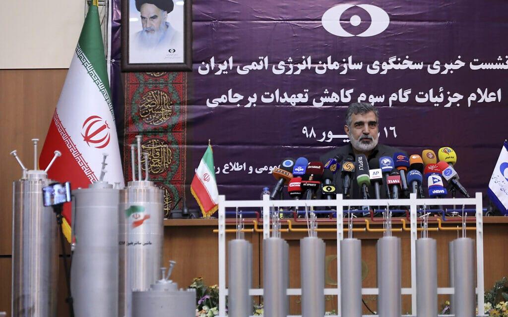 דובר האירגון לאנרגיה אטומית באיראן מדגים צנטריפוגות מתקדמות. איראן 2019 (צילום: Atomic Energy Organization of Iran via AP)