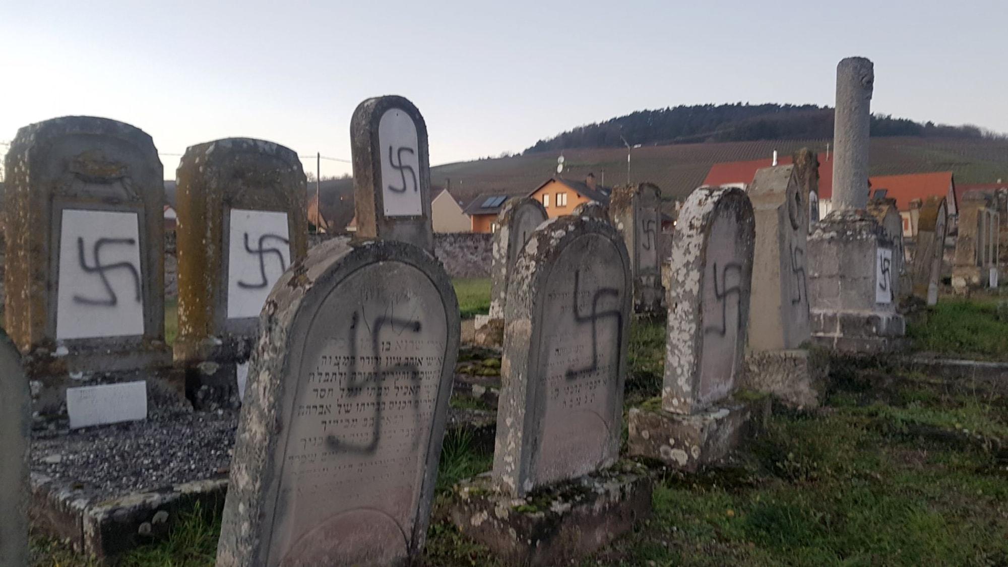 צלבי קרס על מצבות בבית הקברות היהודי בווסטהופן, צרפת, 3 בדצמבר 2019 (צילום: AP Photo)