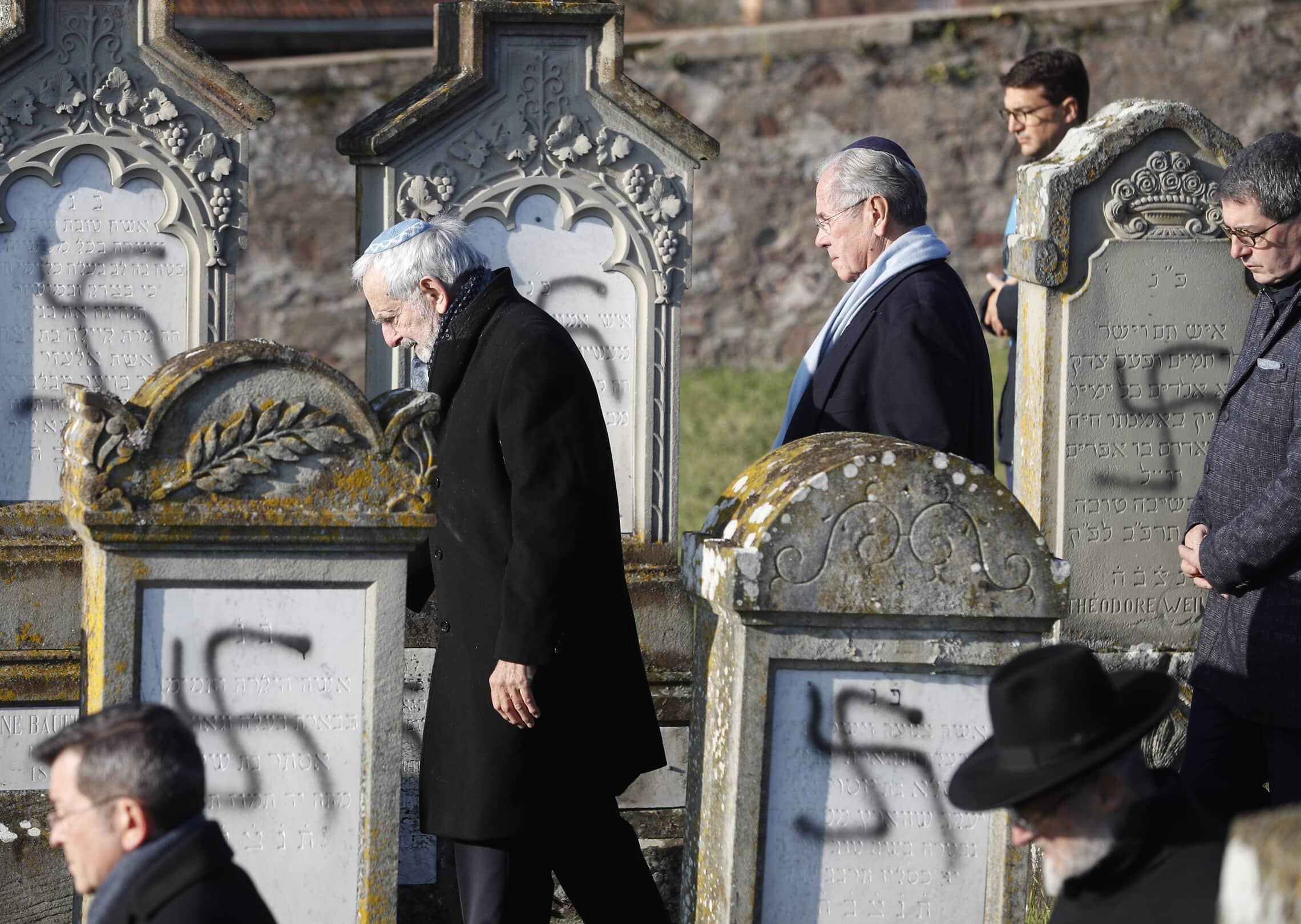 בית קברות יהודי חולל עם ציורים של צלבי קרס, צרפת, דצמבר 2019 (צילום: AP Photo/Jean-Francois Badias)