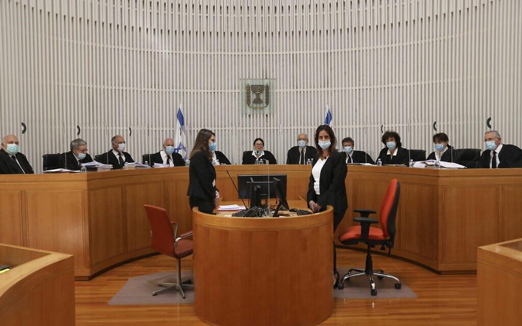 בית המשפט העליון בהרכב של 11 שופטים בדיון על העתירות נגד ההסכמים הקואליציוניים בין הליכוד וכחול-לבן, 4 במאי 2021 (צילום: Abir Sultan/Pool via AP)