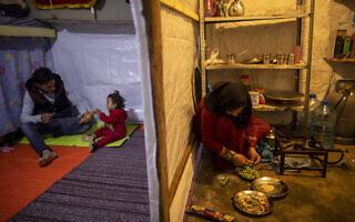 משפחת פליטים סורית במחנה הפליטים בטריפולי, צפון לבנון, 2021 (צילום: AP Photo/Hassan Ammar)