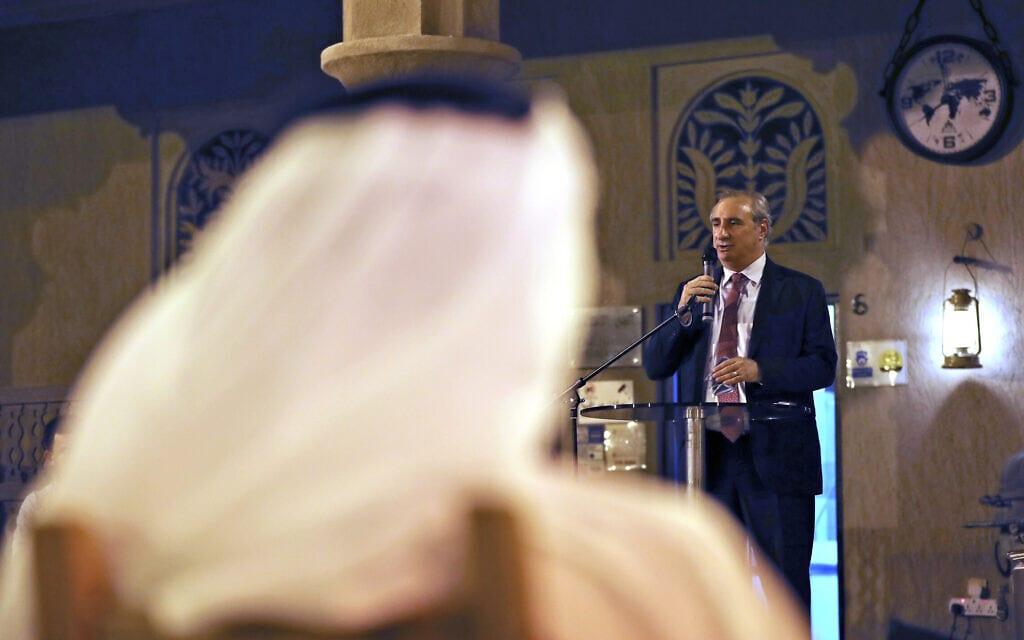שגריר ישראל באיחוד האמירויות איתן נאה נואם במוזאון השואה בדובאי, 26 במאי 2021 (צילום: AP Photo/Kamran Jebreili)
