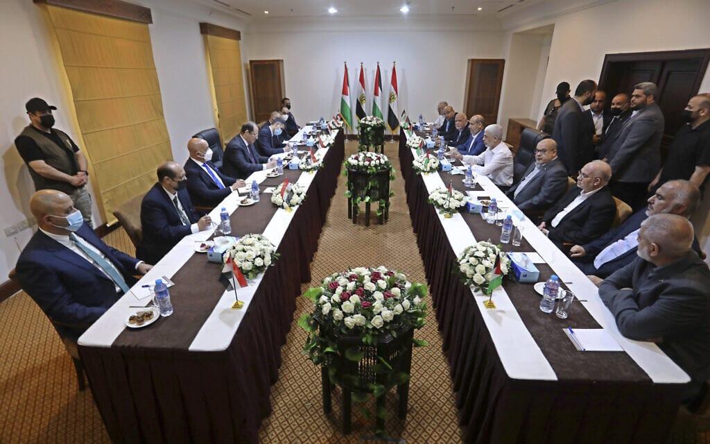 המשלחת המצרית בפגישה עם יחיא סנוואר ומשלחת חמאס בעיר עזה, 31 במאי 2021 (צילום: AP Photo/Ashraf Amra)
