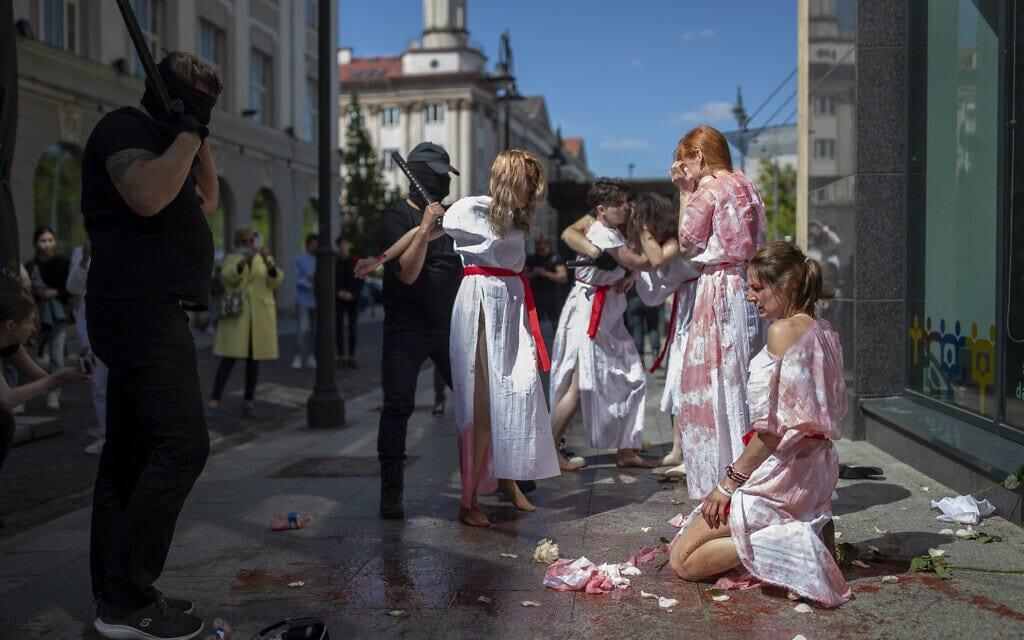מיצג של אקטיביסטים בלארוסים שבוע אחרי הורדת העיתונאי מתנגד המשטר פרטסביץ' וחברתו מטיסה בכוח. (צילום: AP Photo/Mindaugas Kulbis)