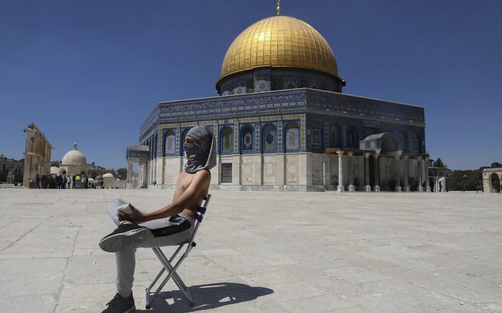 מפגין פלסטיני רעול פנים באל אקצא, 18 ביוני 2021 (צילום: AP Photo/Mahmoud Illean)