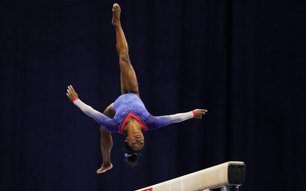 סימון ביילס מבצעת תרגיל על הקורה במבחנים לקראת אולימפיאדת טוקיו, 25 ביוני 2021 (צילום: AP Photo/Jeff Roberson)