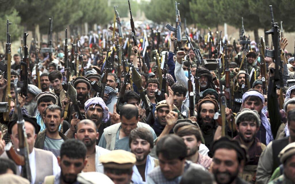 מיליציות אפגניות צועדות לקאבול, 23 ביוני 2021 (צילום: AP Photo/Rahmat Gu)