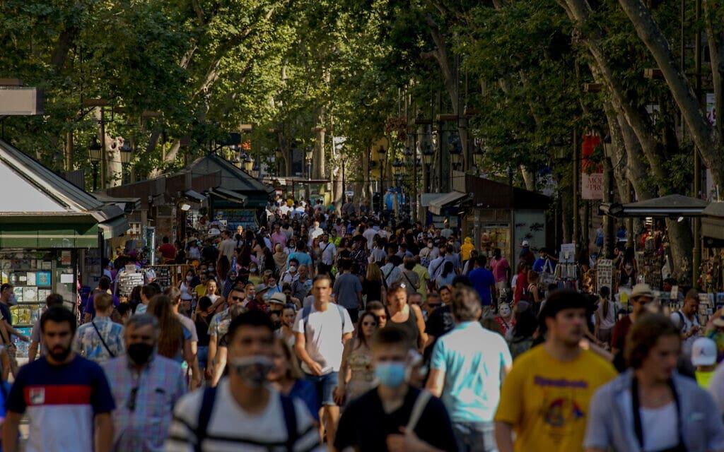 שדרת לה רמבלה במרכז ברצלונה, מוצלת על ידי עצים גדולים משני צדדיה (צילום: AP Photo/Joan Mateu)