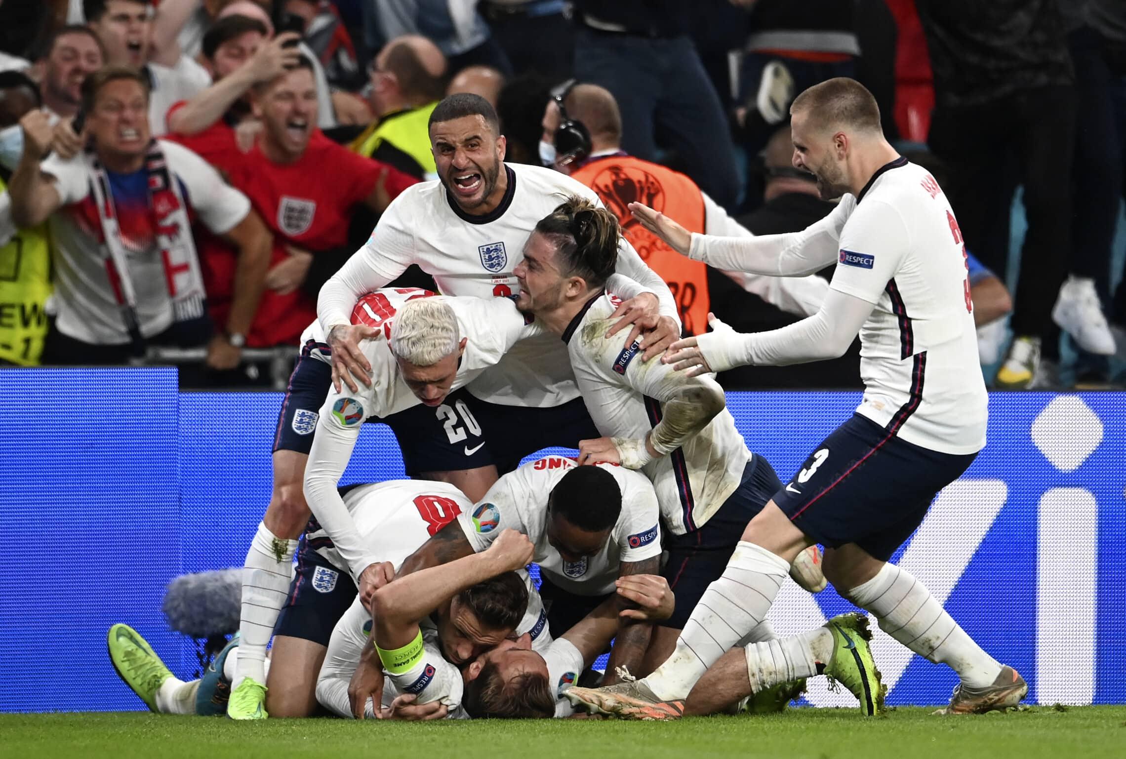 נבחרת אנגליה חוגגת את השער המנצח שהבקיע הארי קיין בחצי הגמר של יורו 2020 מול דנמרק, באיצטדיון וומבלי, 7 ביולי 2021 (צילום: Andy Rain/Pool via AP)