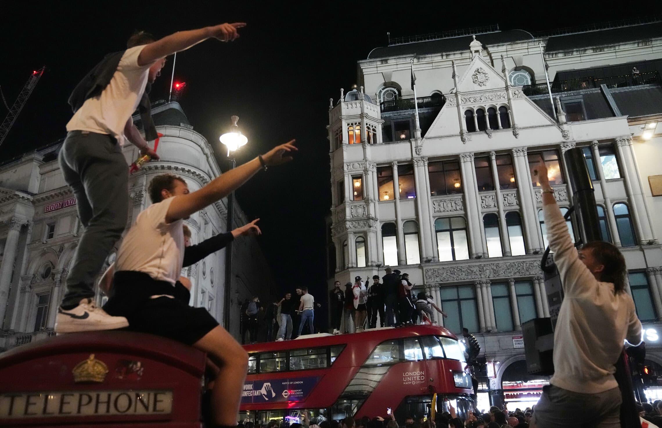 חגיגות ברחובות לונדון אחרי שנבחרת אנגליה עלתה לגמר יורו 2020, 7 ביולי 2021 (צילום: AP Photo/Thanassis Stavrakis)