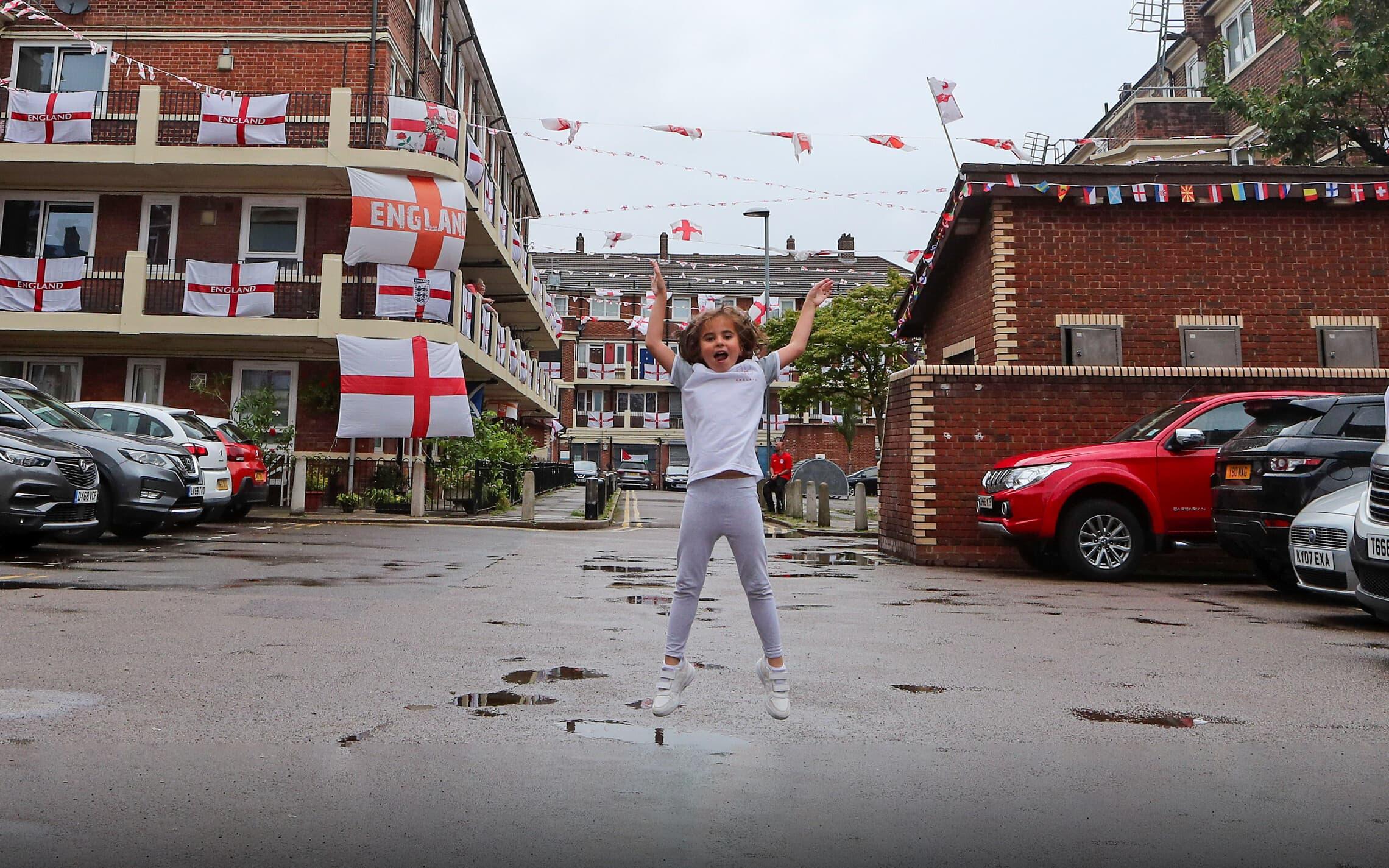 מעריצת נבחרת אנגליה קופצת משמחה בלונדון, 29 ביוני 2021 (צילום: AP Photo/Tony Hicks)