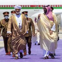 יורש העצר הסעודי מוחחד בן סלמאן ושליט עומאן היית'ם בן טארק בשדה התעופה ניאום ביי בסעודיה (צילום: Bandar Aljaloud/Saudi Royal Palace via AP)