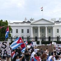 פעילים, המזדהים עם מוחים המתנגדים למשטר בקובה, מפגינים מול הבית הלבן בוושינגטון, 17 ביולי 2021 (צילום: Jose Luis Magana, AP)