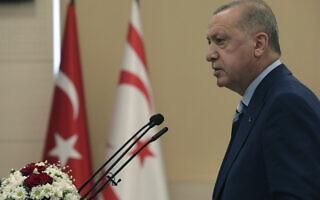 נשיא טורקיה רג'פ טאיפ ארדואן בעת ביקורו בצפון קפריסין, 19 ביולי 2021 (צילום: Turkish Presidency via AP)