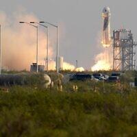 המשגר ניו שפרד של חברת בלו אוריג'ן משגר בטקסס את הטיסה המאוישת הראשונה של החברה לחלל, 20 ביולי 2021 (צילום: Tony Gutierrez, AP)