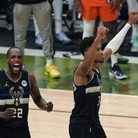 שניים משחקני מילווקי, יאניס אדטוקומבו וכריס מידלטון בגמר ה-NBA ,21 ביולי 2021