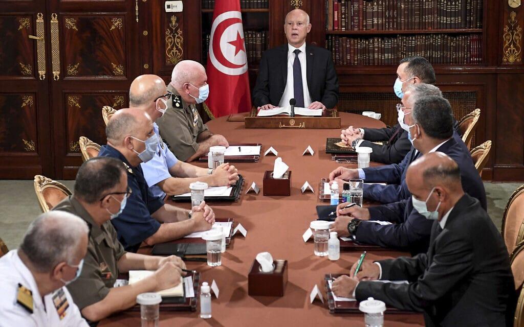 נשיא תוניסיה קייס סעיד, במרכז, מנהל ישיבה של כוחות הצבא והמשטרה, 25 ביולי 2021 (צילום: AP Photo/Slim Abid)