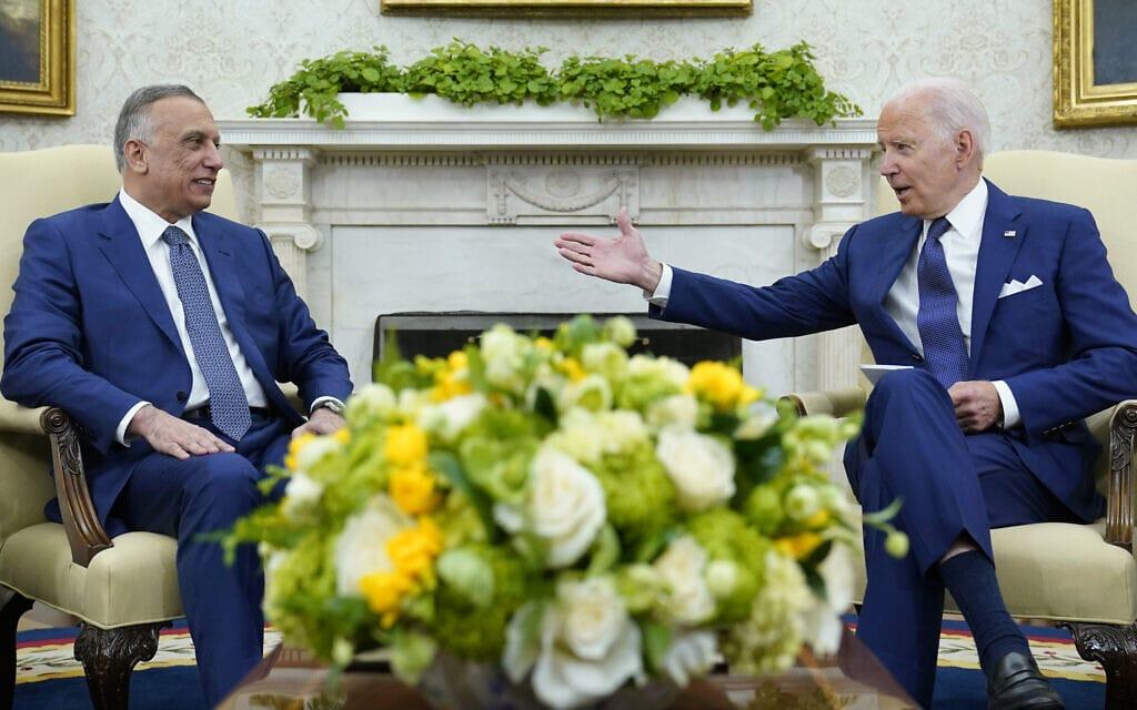"""נשיא ארה""""ב ג'ו ביידן מארח בבית הלבן את ראש ממשלת עיראק מוסטפא אל-כאזמי, 26 ביולי 2021 (צילום: AP Photo/Susan Walsh)"""