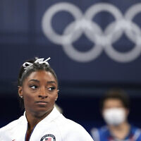 המתעמלת האמריקאית סימון ביילס באולימפיאדת טוקיו, 27 ביולי 2021 (צילום: Ashley Landis, AP)