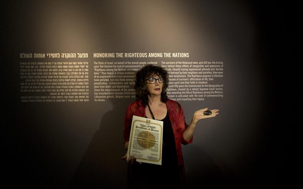 """רינה שטיינפלד מ""""יד ושם"""" מחזיקה בתעודה המכירה באחמד הלמי כחסיד אומות עולם, 30 בספטמבר 2013 (צילום: AP Photo/Sebastian Scheiner)"""