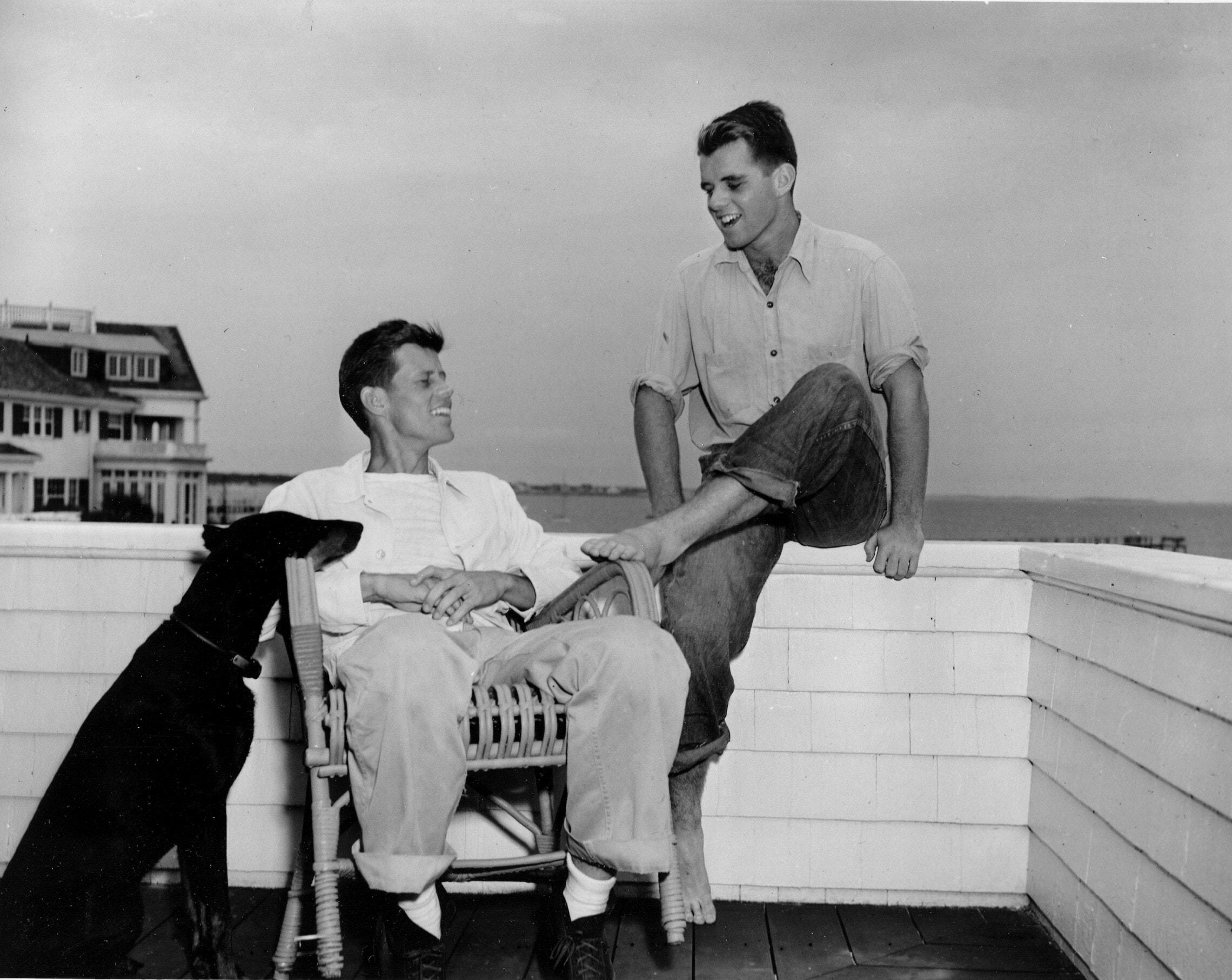 האחים רוברט וג'ון קנדי וכלבם מו ב-1946, אחרי שג'ון – אז בן 29 – נבחר להיות המועמד הדמוקרטי לקונגרס במחוז ה-11 במסצ'וסטס (צילום: AP Photo)