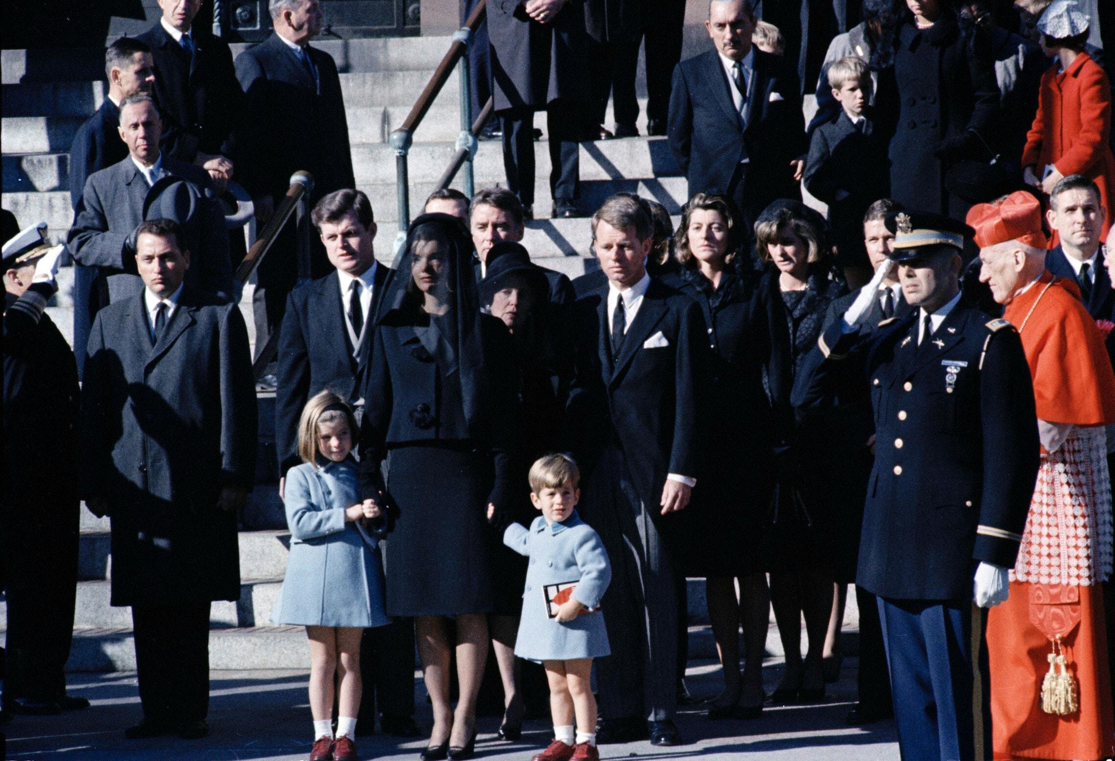 רוברט קנדי, ג'קי קנדי והילדים ג'ון ג'ון וקרוליין בהלווייתו של הנשיא ג'ון קנדי בקתדרלת סנט מתיו בוושינגטון הבירה, 25 בנובמבר 1963 (צילום: AP Photo)
