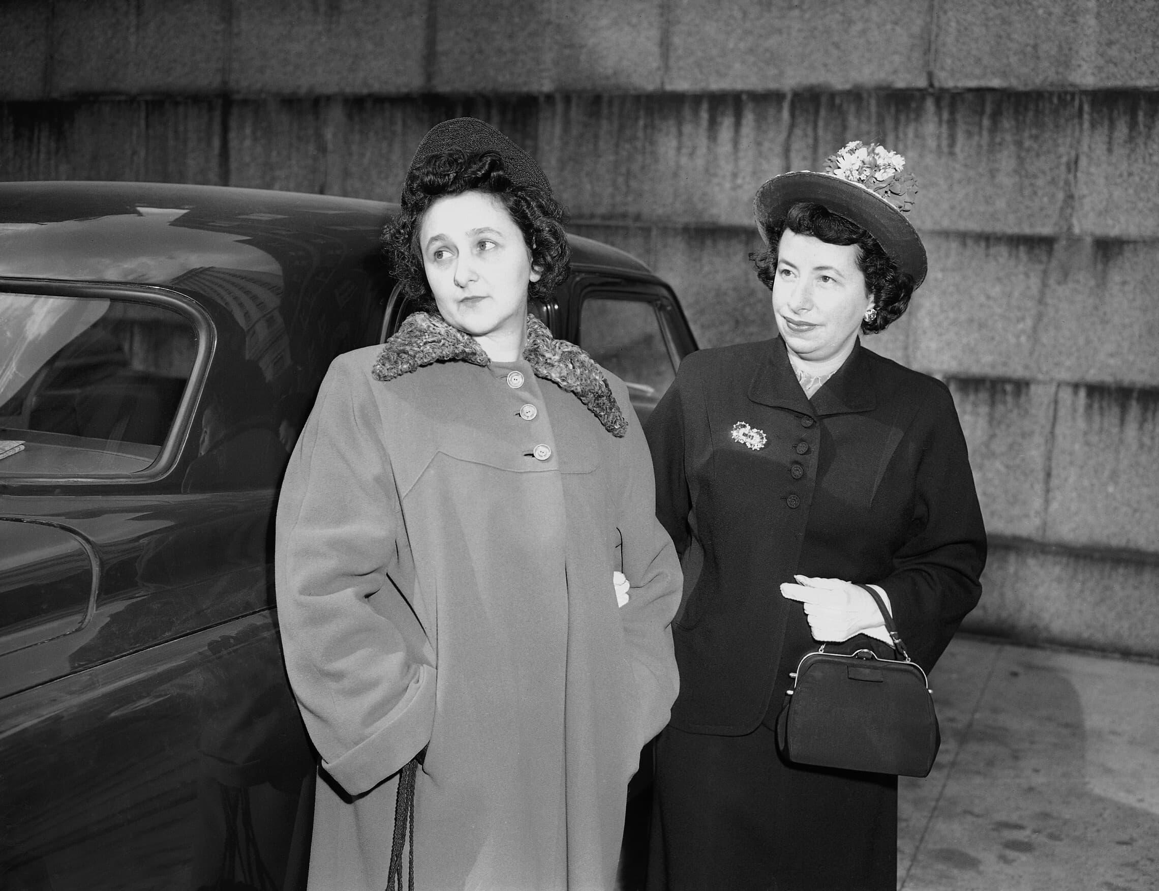 אתל רוזנברג, משמאל, מלווה על ידי סגן מרשאל ליליאן מקלכלין, בהגיעה לבית המשפט הפדרלי בניו יורק, 5 באפריל 1951 (צילום: AP Photo)