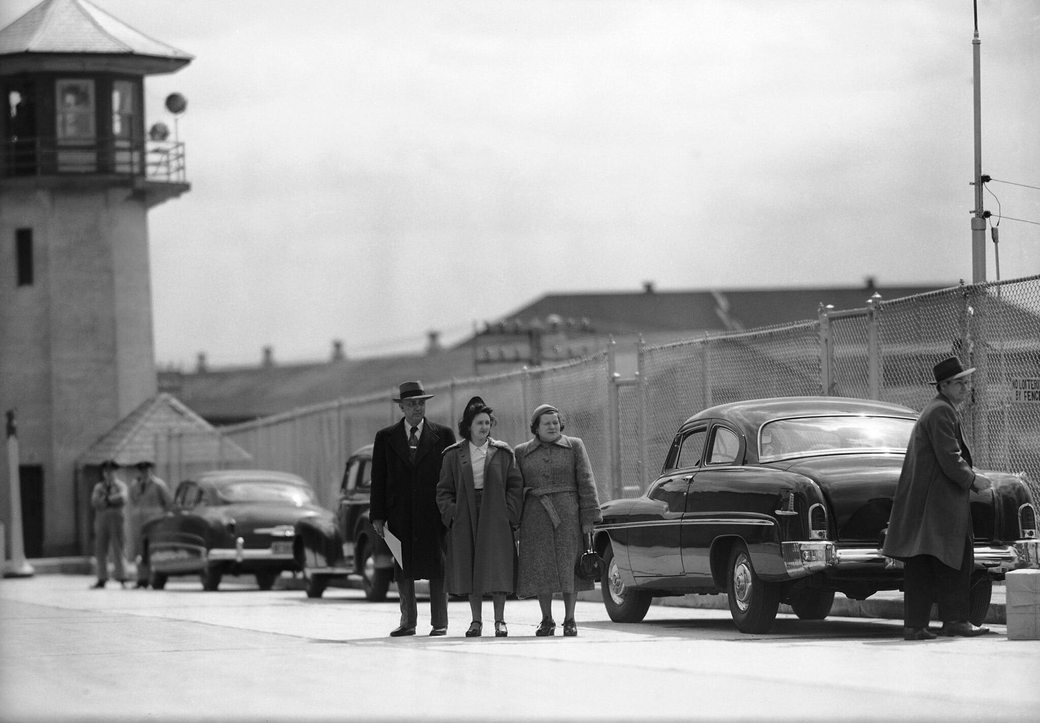 אתל רוזנברג (במרכז) מגיעה לכלא סינג סינג בניו יורק, 11 באפריל 1951 (צילום: Marty Lederhandler, AP)