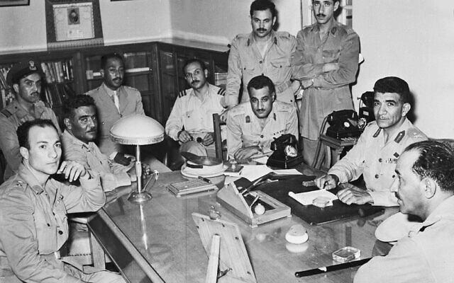 כמה ממנהיגי מהפכת הקצינים החופשיים, בהם אנואר סאדאת, גמאל עבד אל-נאצר ומוחמד נגיב, בקהיר, 31 ביולי 1952 (צילום: AP)